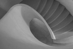 Točité schodiště - Minimalistický černobílý fotoobraz
