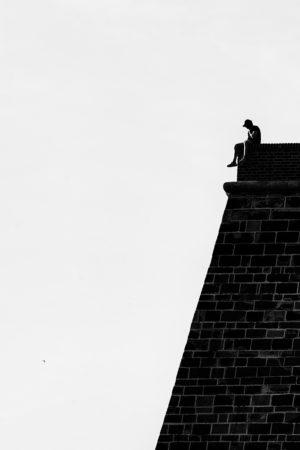 Muž na zdi Vyšehradu - Minimalistický černobílý fotoobraz