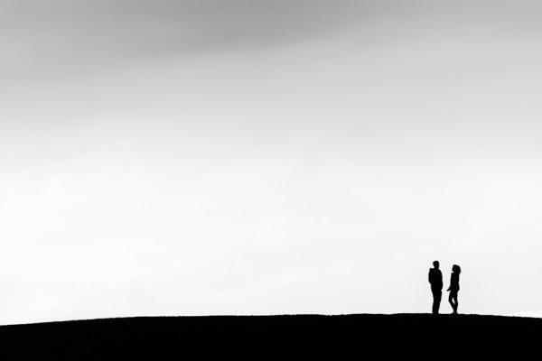 Silueta muže a ženy na horizontu - Minimalistický černobílý fotoobraz