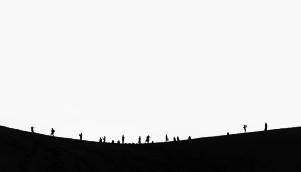 Lidé na duně - minmalistický černobílý fotoobraz