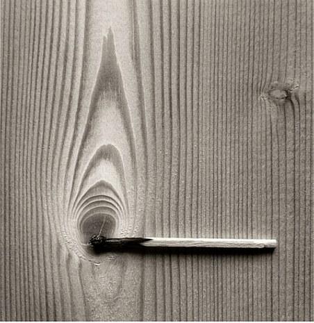 Zápalka na černobílé fotografii od Chema Madoz