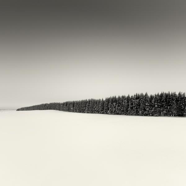 Zasněžená krajina na minimalistické černobílé fotoografii - Lionel Orriols