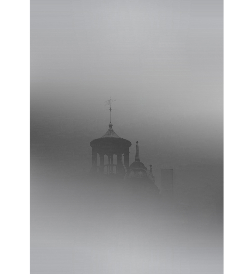 Minimalistická fotografie kostela v mlze od fotografky Madiha Abdo