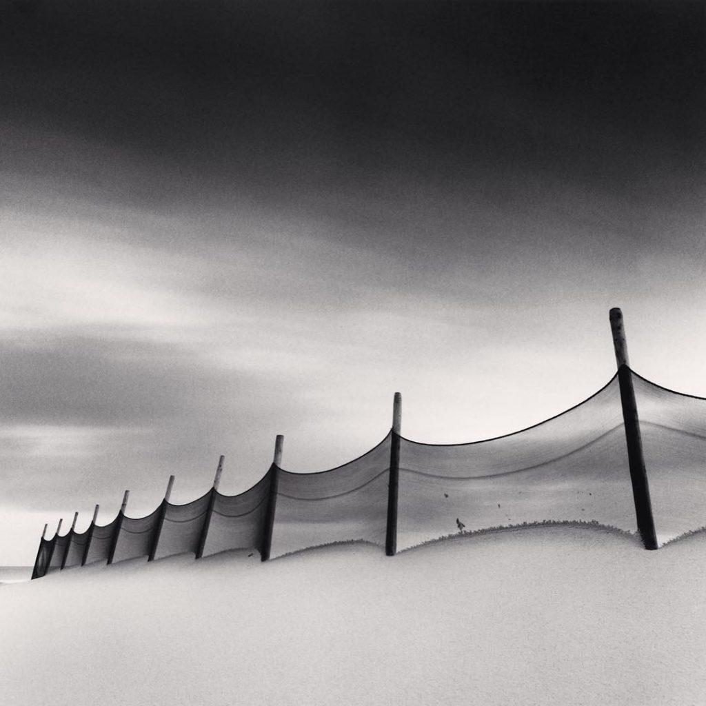 Větrolamy na pláži v Calais, Francie. 1999, fotograf Michael Kenna