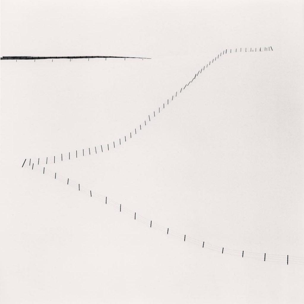 Michael Kenna: Serene - fotografie oplocení na kopci, Study 6, Teshikaga, Hokkaido, Japonsko, 2007