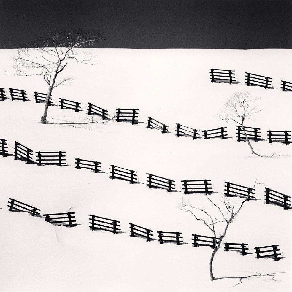 Třicet jedna sněžných zábran. Michael Kenna, 2016. Jeden z nejlepších minimalistických fotografů.