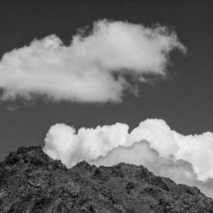 Mraky nad skalami - minimalistický fotoobraz
