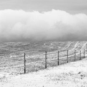 Vlnící se ohrada v zimní krajině - Minimalistický fotoobraz