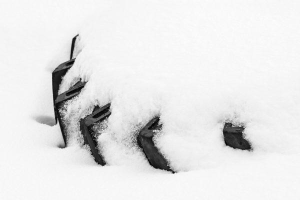 Pneumatika ve sněhu - Minimalistický černobílý fotoobraz