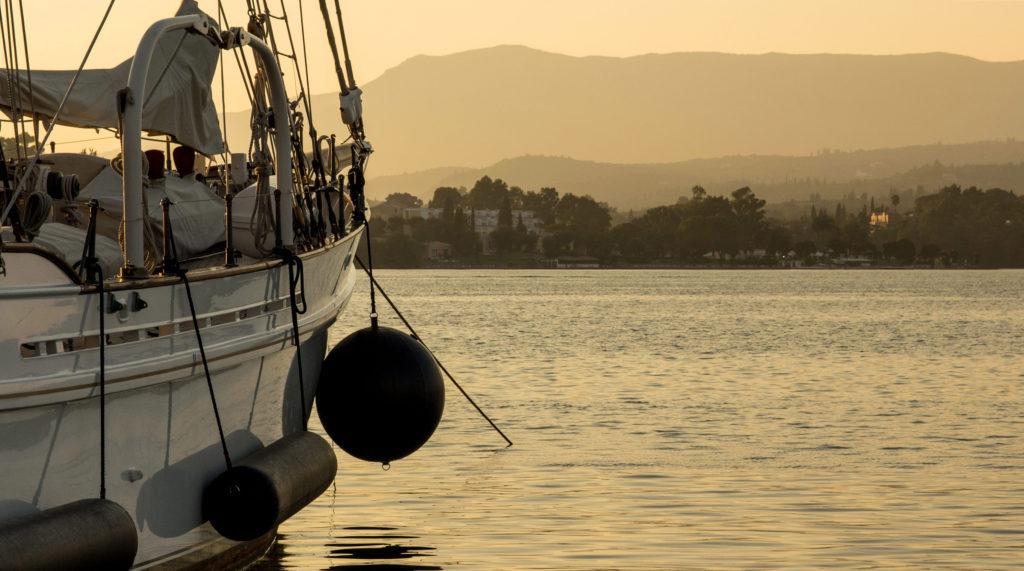 Fotografie jachty při západu slunce