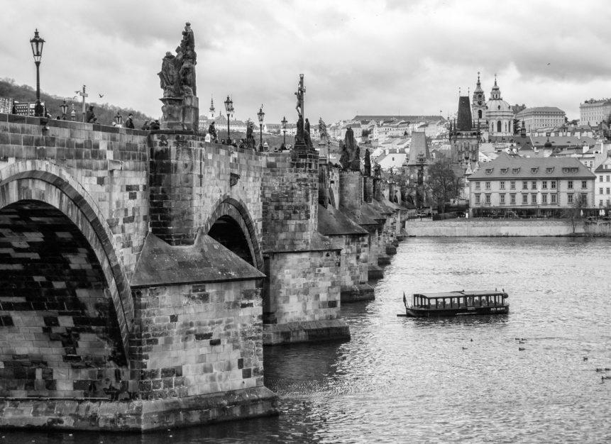 Černobílá fotografie Karlova mostu v Praze