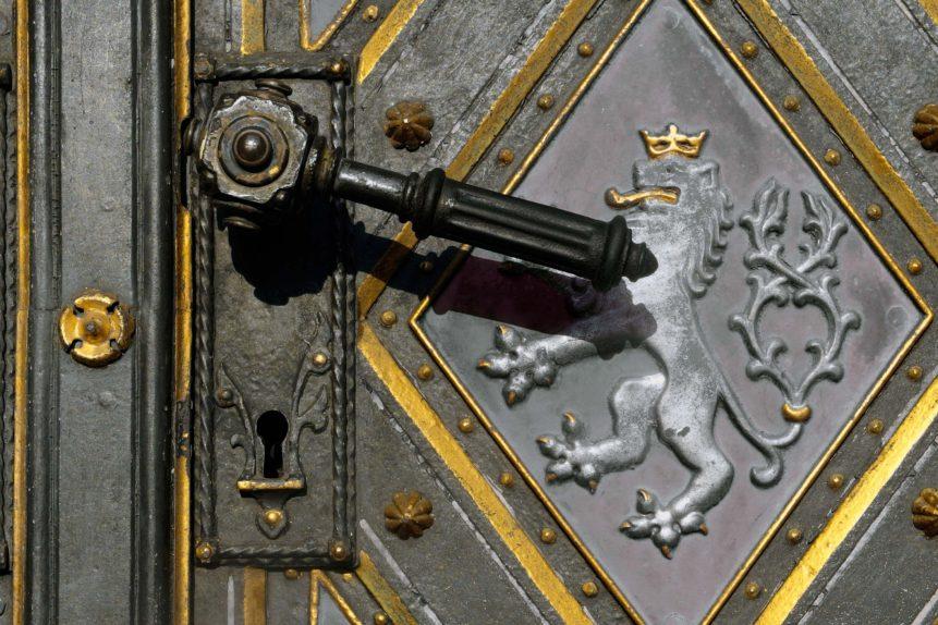 Klika kostelních dveří