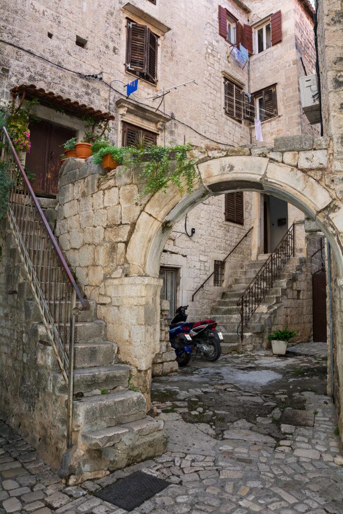 Městské zátiší ve městě Trogir v Chorvatsku