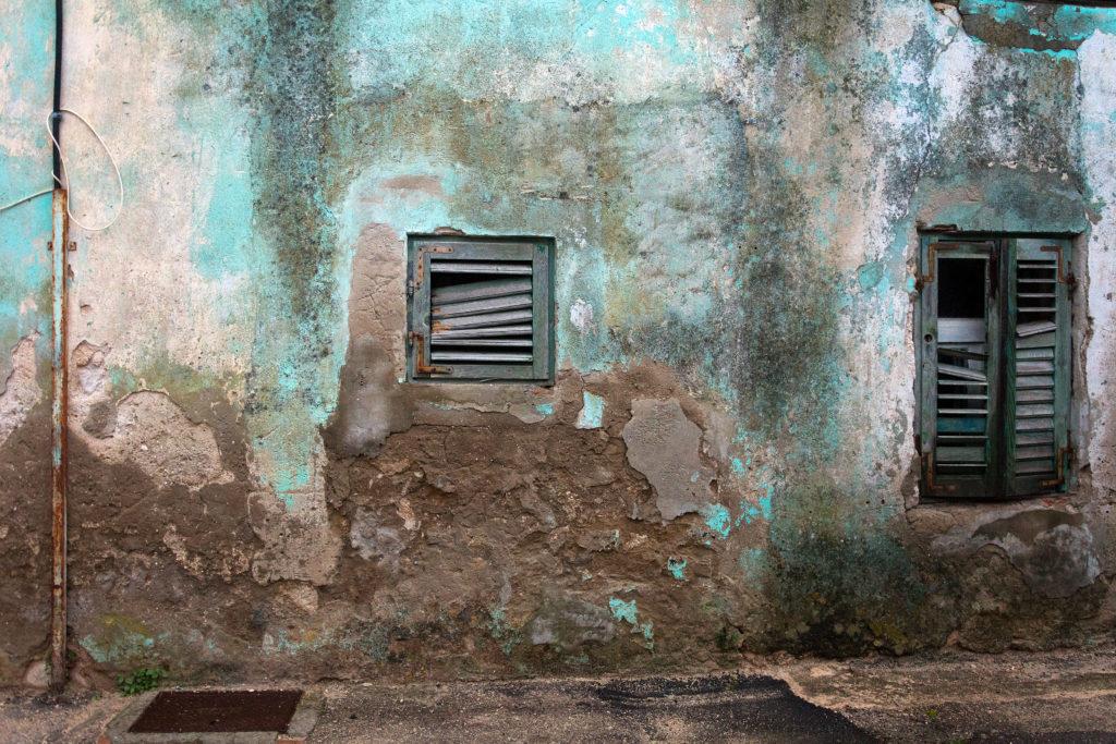 Oprýskaná modrá fasáda starého chorvatského domu