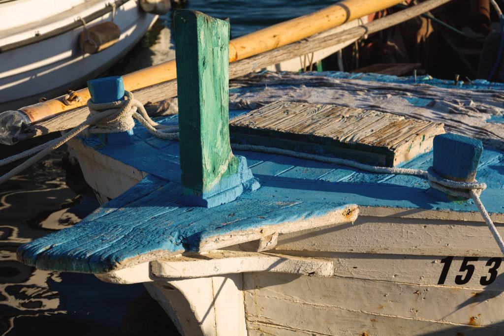 Modrobílá loď v přístavu Murter