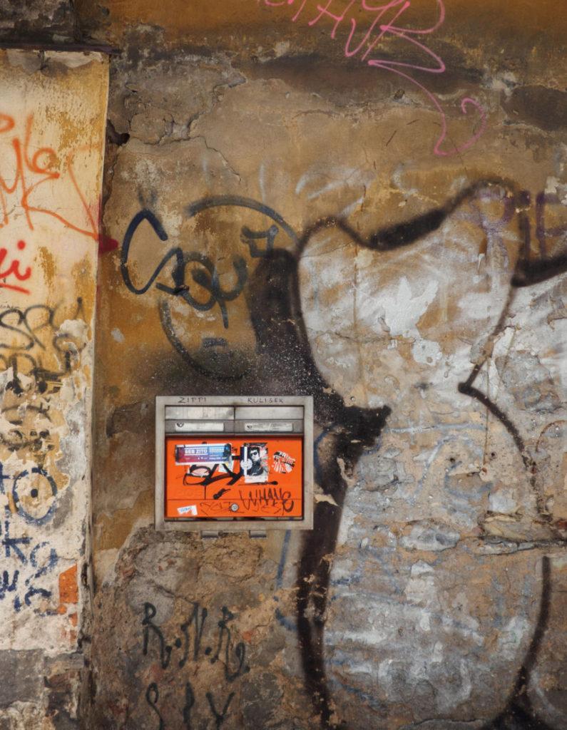 Poštovní schránka na oprýskané zdi