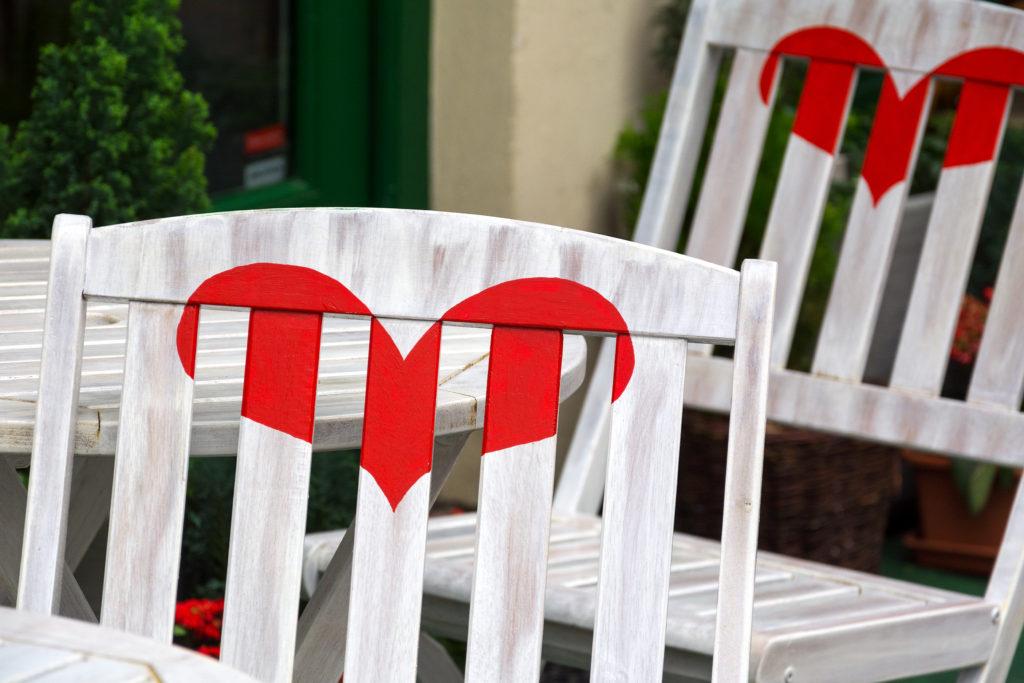 Židle se srdcem v pouliční kavárně