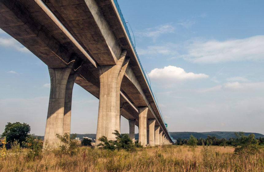 Dálniční most na obchvatu Prahy u Radotína. Olympus XZ-2 na stativu. V plném rozlišení zde Highway Concrete Bridge.
