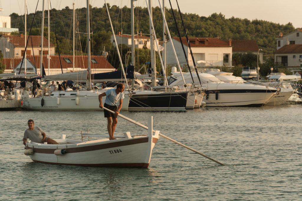 Dva rybáři na loďi v Chorvatsku