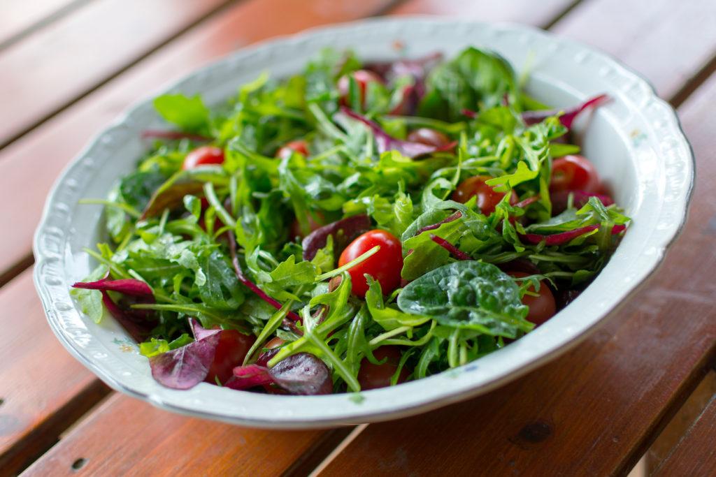 Salát vyfocený ze standardního úhlu.