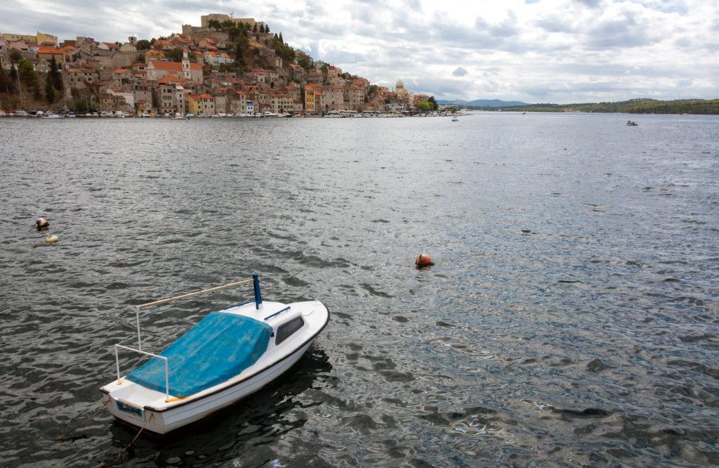 Panorama s mořem, lodí a městem Šibenik v pozadí