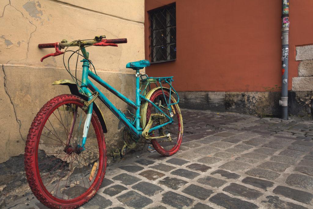 Staré natřené horské kolo jako dekorace na ulici