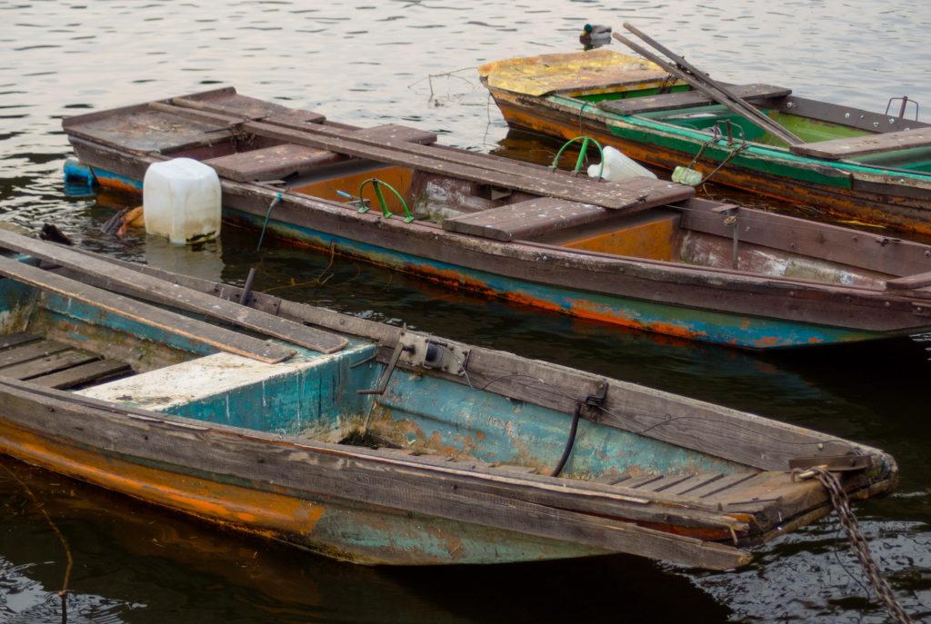 Oprýskané barevné rybářské pramice