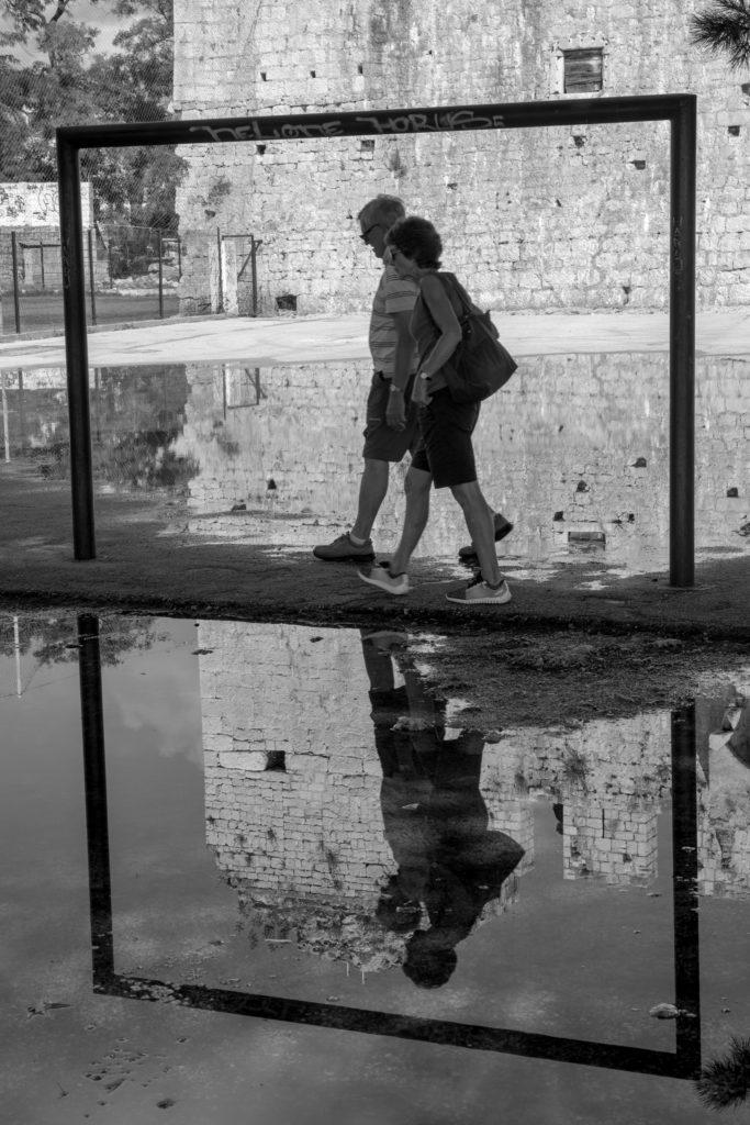 Dva turisté v Trogiru