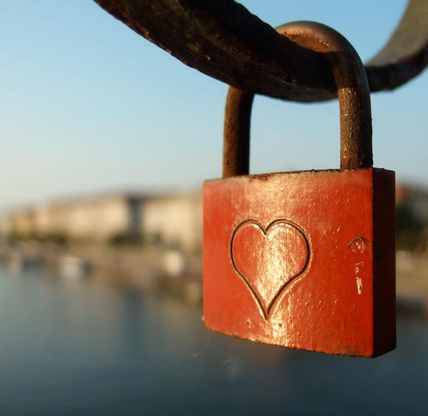 Visací záme z lásky na zábradlí železničního mostu