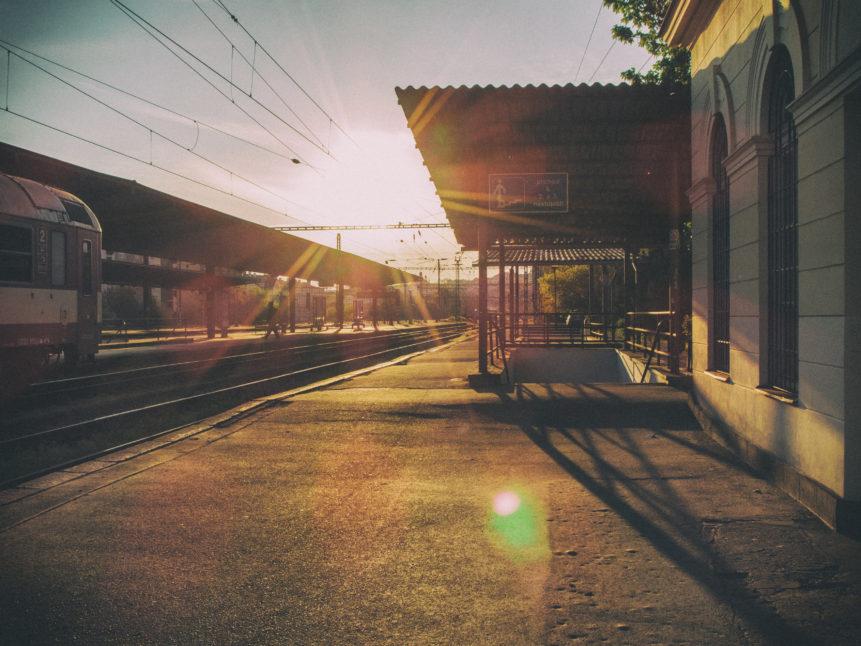 Západ slunce na nádraží
