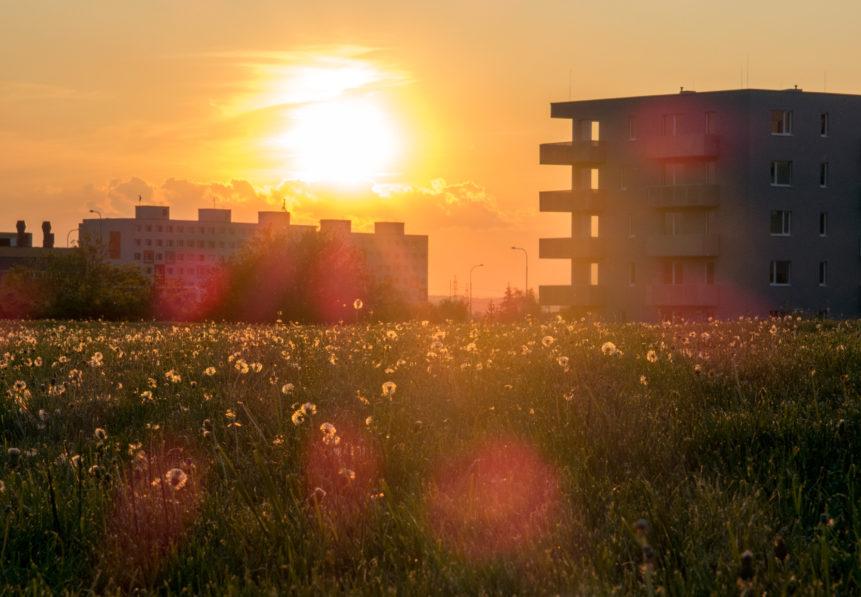 Západ slunce nad paneláky