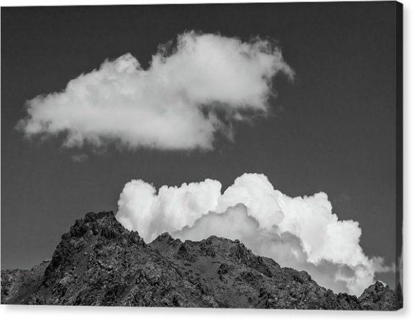 Mraky nad skalami - minimalistický černobílý fotoobraz - tisk na plátně