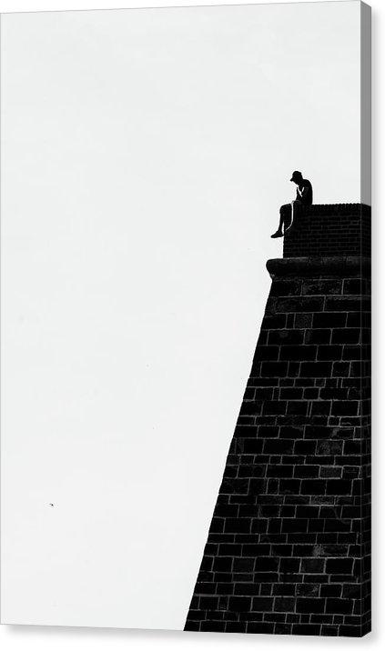 """Černobílý minimalistický fotoobraz """"Muž na zdi"""" na plátně"""