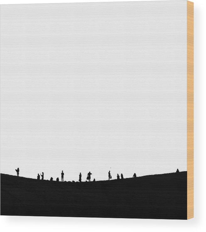 Černobílá fotografie na čtvercové dřevěné desce o velikosti 20 x 20 cm.