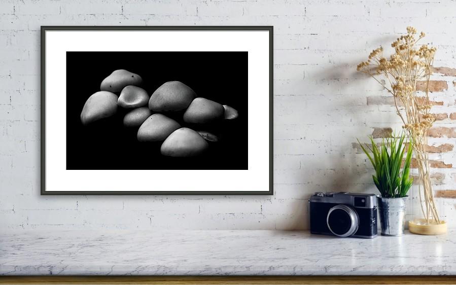 Černobílá zarámovaná fotografie na zeď