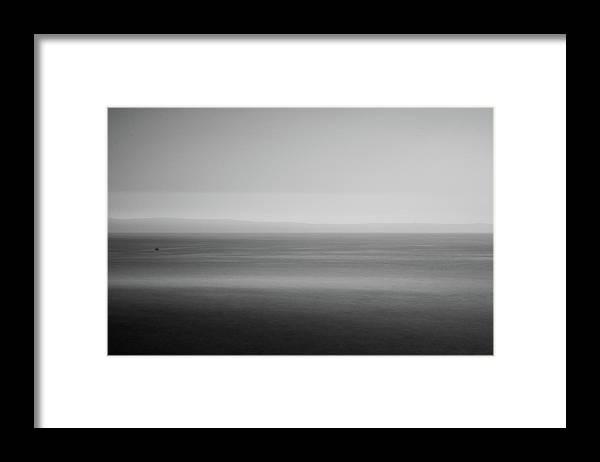 Minimalistická černobílá fotografie, zarámovaná
