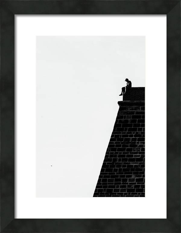 Zarámovaná vertikální černobílá fotografie