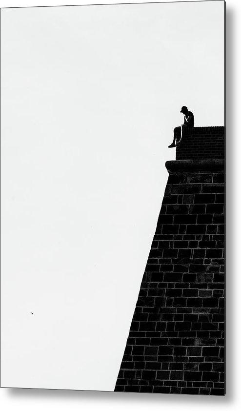 Malý černobílý tisk na hliníkové desce o velikosti 16 x 25 cm.