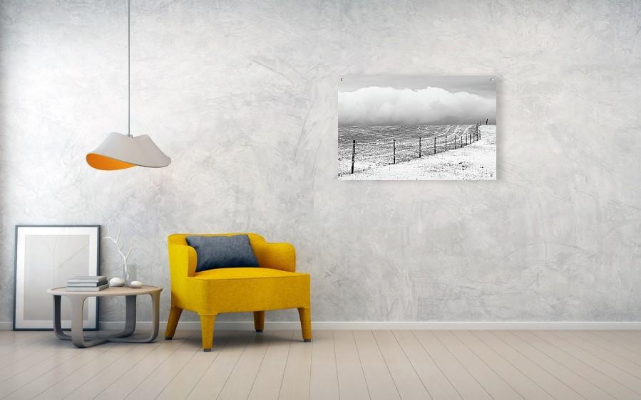 Vizualizace černobílé fotografie zimní krajiny vytištěné na akrylátové desce o velikosti 102 x 67 cm. Na zdi zavěšeno pomocí kovových sloupků.