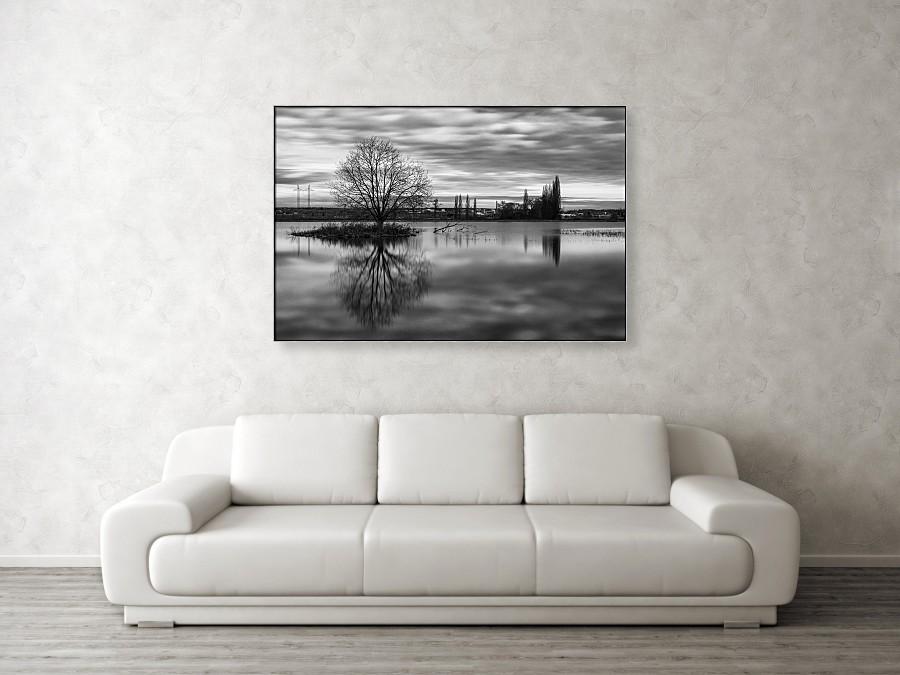 Vizualizace velkého černobílého fotoobrazu (plátno o velikosti 122 cm x 81 cm) na stěně obývacího pokoje. Fotografie je opatřena černo-stříbrným hliníkovým rámem.